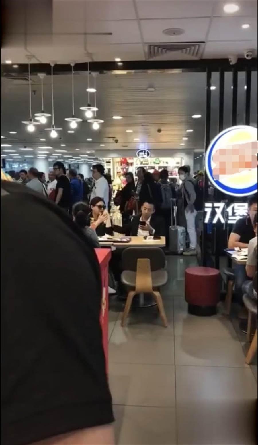 大S和汪小菲被直擊現身速食店用餐。(圖/取材自新浪娛樂)