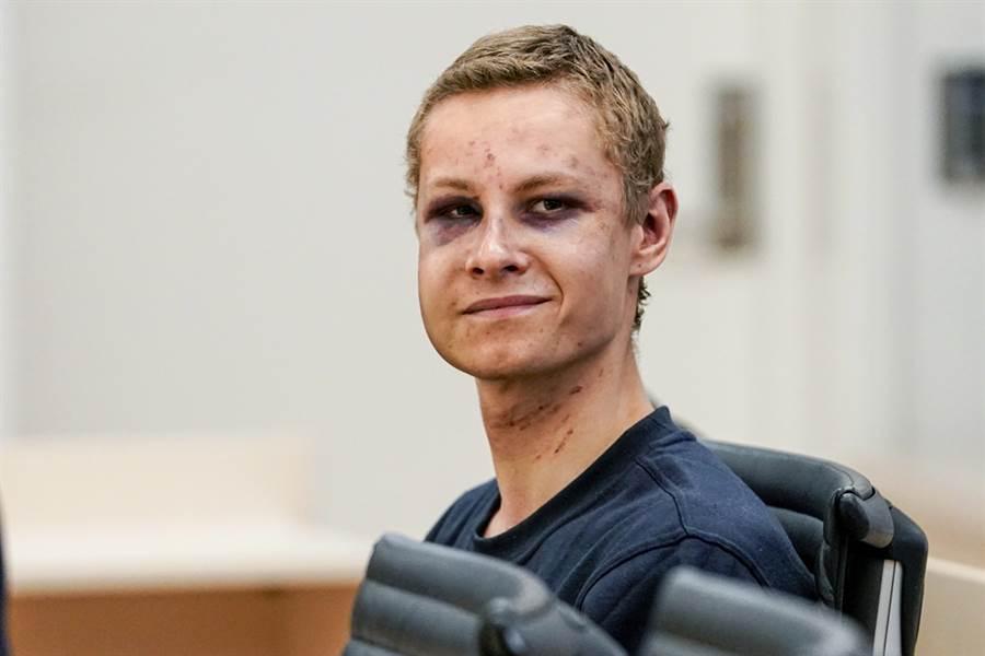 挪威男子曼夏奧斯8月持槍在奧斯陸近郊一間清真寺連環開槍,儘管沒有造成人員傷亡,警方隨後卻在他的家中發現已被槍殺的繼妹喬安娜,挪威警方17日證實,喬安娜被殺是因為她的華裔血統。圖為曼夏奧斯9月上旬出庭的畫面。(圖/美聯社)
