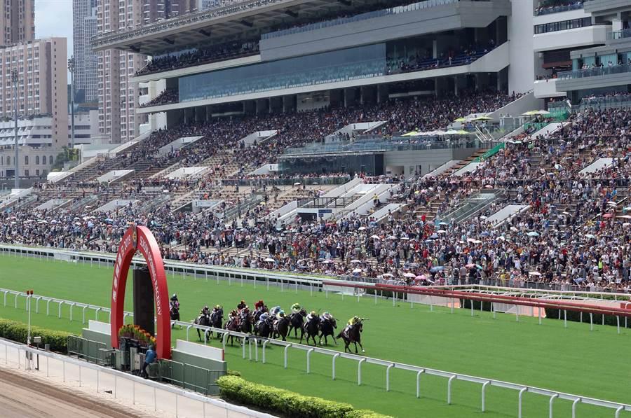 知名的香港賽馬會首次因支持反送中網民圍堵致取消賽事。圖為 9月1日新賽馬季度開鑼。(圖/香港中通社)