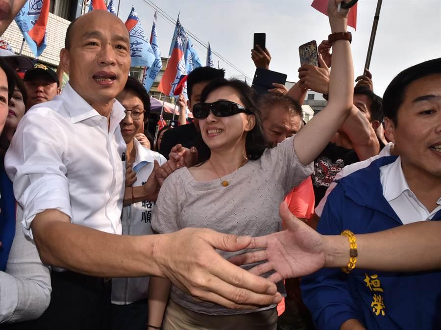 高雄市長韓國瑜(左)18日到左營區舊城城隍廟參拜,受到民眾熱情歡迎。(林瑞益攝)