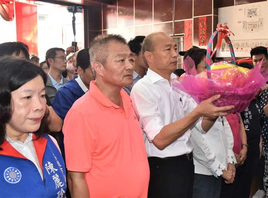 高雄市長韓國瑜(右)18日到左營區舊城城隍廟參拜。(林瑞益攝)