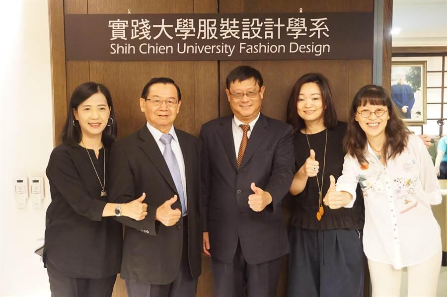 環保署長張子敬(中)今日至實踐大學觀看清潔人員新款工作服3D走秀。(環保署提供/廖德修傳真)