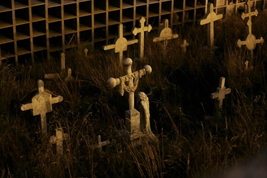 香港地狹人稠,房價高昂,其實連墓地也很搶手,最近一位英國攝影師拍下一組香港墓地稠密的照片,畫面相當驚人。圖為示意圖,非香港墓地。(圖/美聯社)