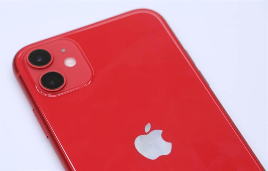 iPhone 11紅色款。升級雙相機辨識度更高!(黃慧雯攝)