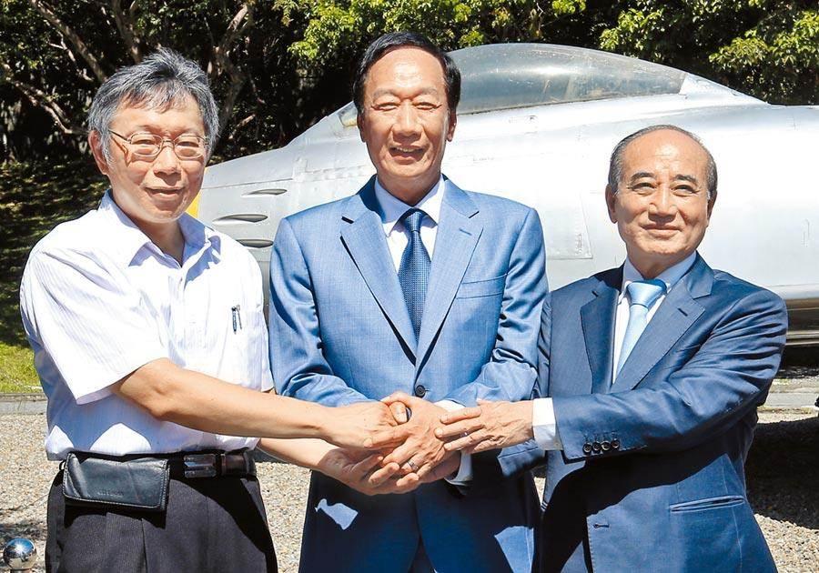 台北市長柯文哲(左起)、鴻海創辦人郭台銘、前立法院長王金平823在退役的軍刀機前合影並握手。(資料照片,姚志平攝)