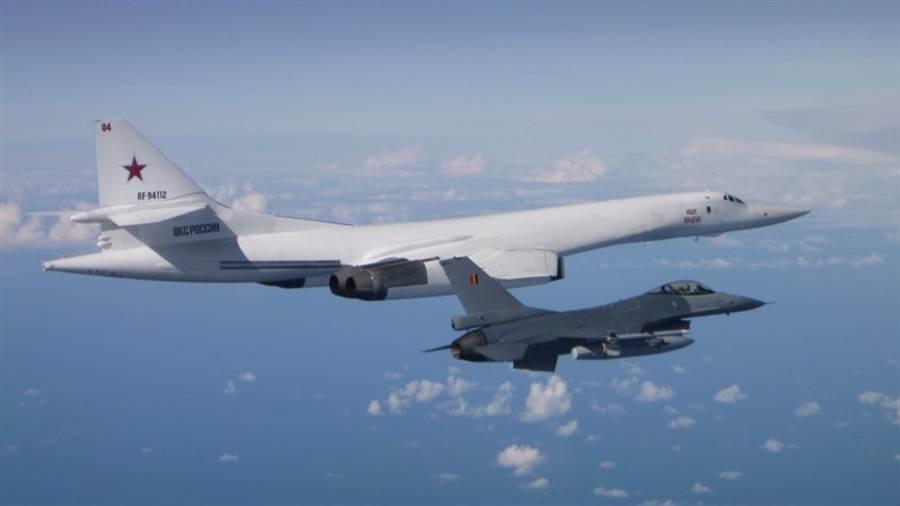 比利時F-16AM戰機攔截俄國Tu-160轟炸機,照片由另一架F-16拍攝。(圖/比利時空軍)