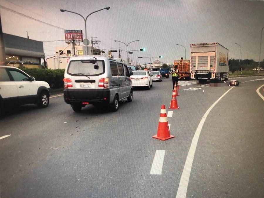 國道一號麻豆交流道南下入口匝道口處18日傍晚傳出車禍意外,一名女摩托車騎士與大貨車擦撞,慘死輪下。(翻攝照片/劉秀芬台南傳真)