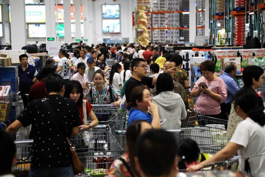 中國大陸首家Costco門店在上海開業場面火爆,甚至曾因顧客太多而暫停營業並限制進場人數。(圖/中新社)