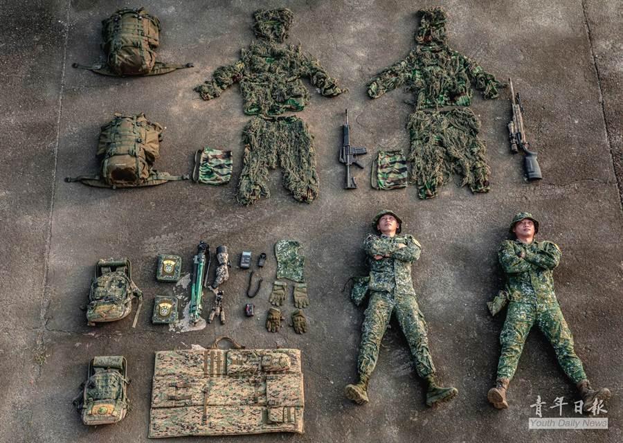 陸軍8軍團狙擊隊也大發開箱文,陳列帥氣的狙擊兵軍備武裝。(翻攝自臉書《青年日報》)