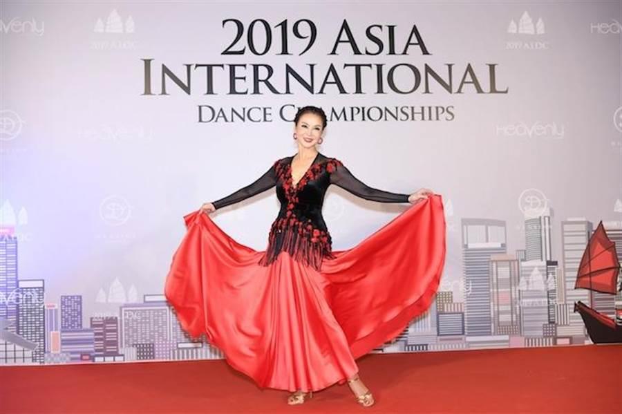 謝玲玲的舞姿曼妙,多年來憑著跳國標舞維持窈窕身材。謝玲玲提供