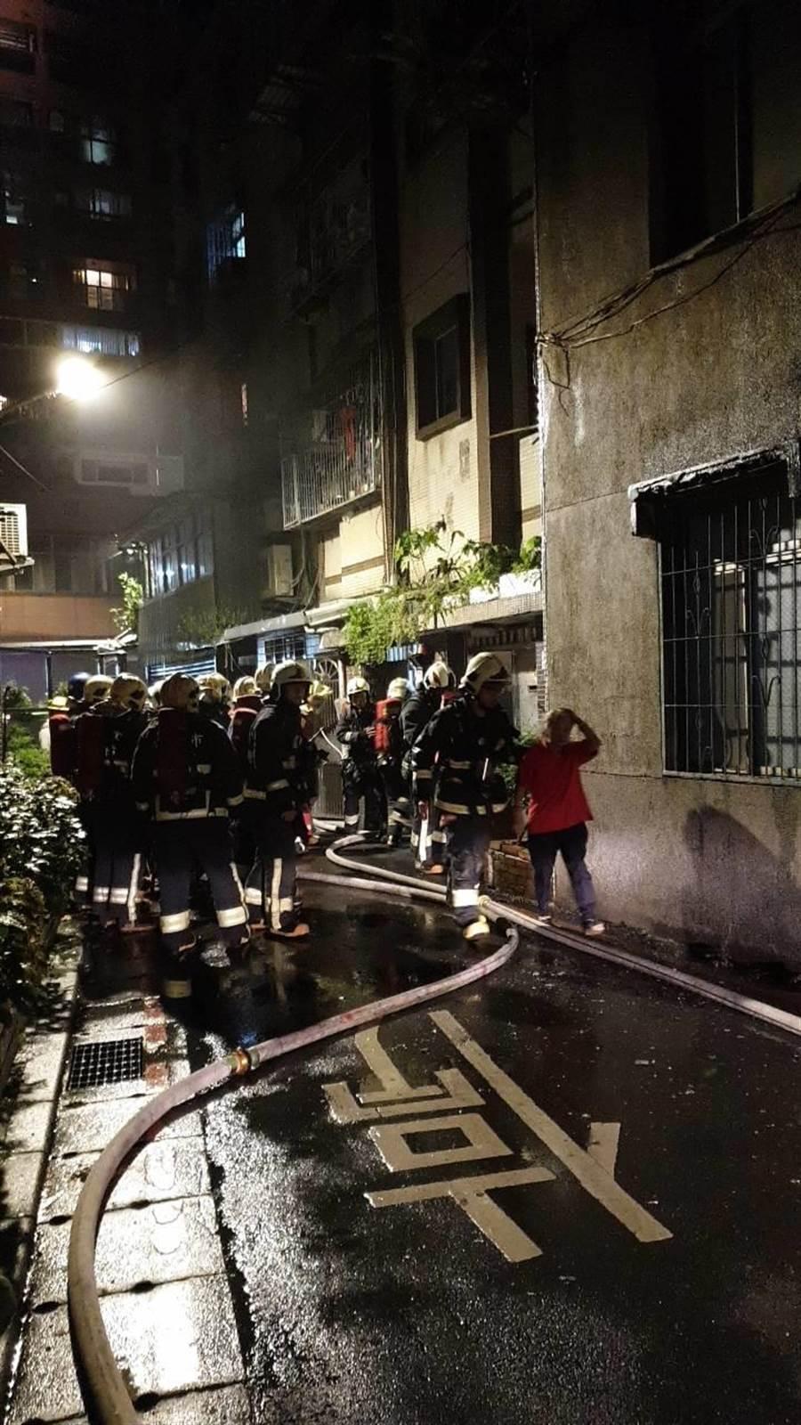 新北市中和區景安路222巷內某公寓3樓,18日晚間10時許突然傳出火警,2名女子命危送醫。(翻攝照片/王揚傑新北傳真)
