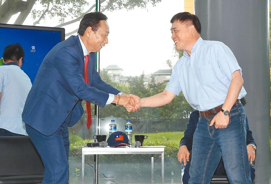 郝龍斌(右)證實,上周日就知郭台銘(左)不選了,呼籲韓國瑜爭取郭支持,因為郭「絕對是國民黨勝選最關鍵因素」。(本報資料照片)