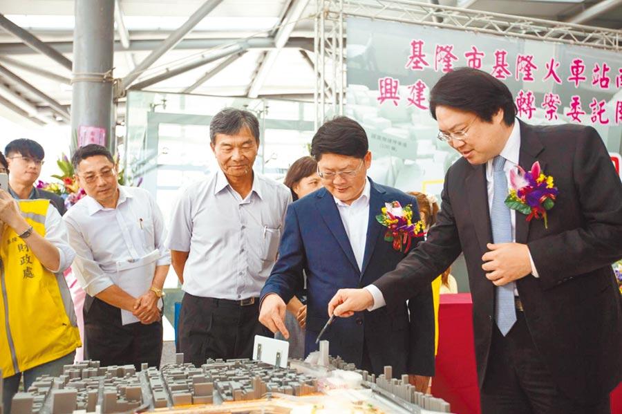 市長林右昌(右)指出,這是台鐵有史以來,第一次跟地方政府行政委託合作推動「促進民間參與公共建設」案件,。(市府提供/許家寧基隆傳真)