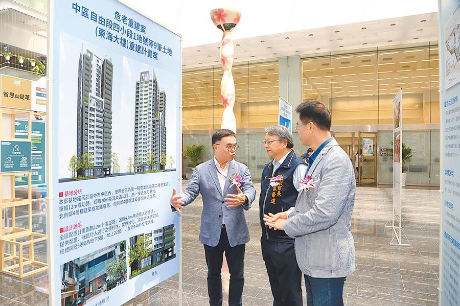 台中市政府舉辦「921震災20周年-回顧與展望策展活動」;透過第一手訪談影片與歷史照片,重現921地震重建歷程脈絡。(陳世宗攝)