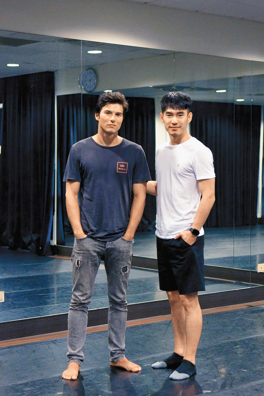 鳳小岳(左)和張書豪排練劇本。(好好看文創提供)