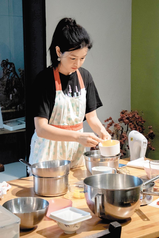 陳妍希練習做蛋糕。(好好看文創提供)