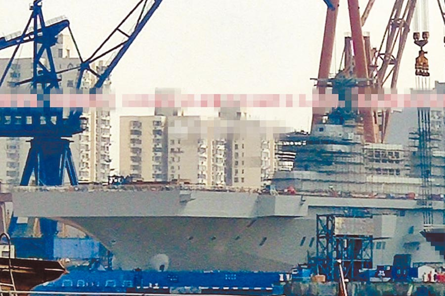 大陸075型兩棲攻擊艦迅速完成塗漆。(取自微博)