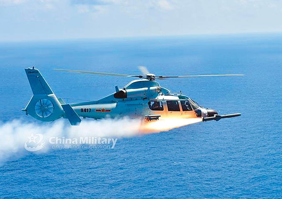 大陸艦載直升機直-9D型發射鷹擊-9飛彈。(取自中國軍網)