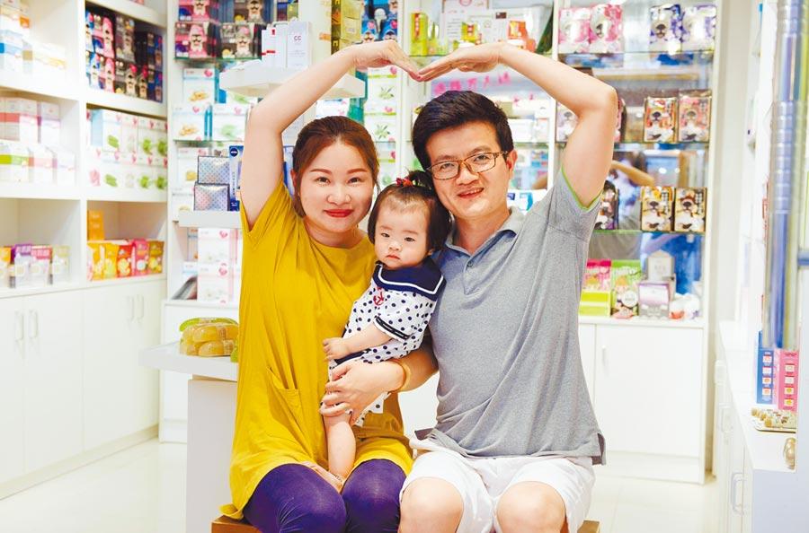 台灣姑娘黃藝萍與福建青年趙俊陽婚後定居廈門,並經營一家台灣商品小店。(新華社資料照片)