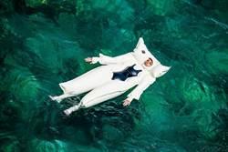 時尚「太空裝泳衣」 旱鴨子都不怕溺水