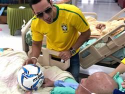 淡水馬偕醫院邀巴西藝人表演 為癌末足球迷打氣