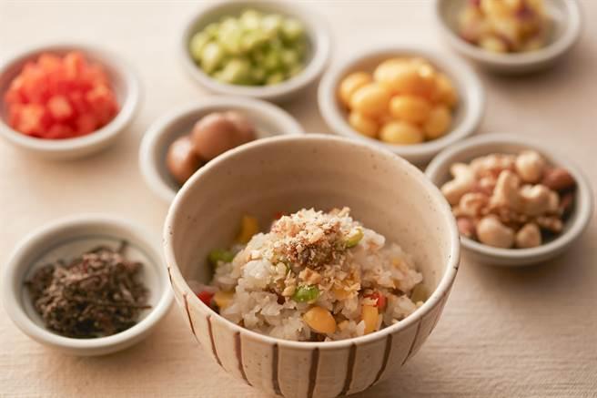 「七彩栗子堅果雜炊」將番薯、栗子、銀杏、人參、毛豆、昆布鹽與白飯稍微炊煮,盛碗時再放上杏仁,一次體驗秋天濃郁氛圍。