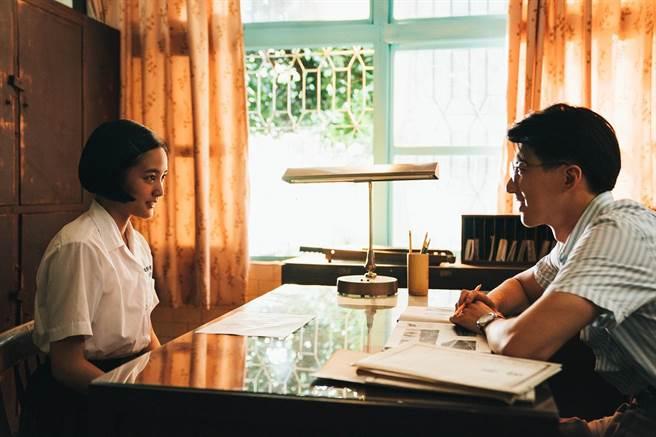 傅孟柏(右)飾演美術老師張明暉與王淨有段師生戀。(影一製作所股份有限公司 )