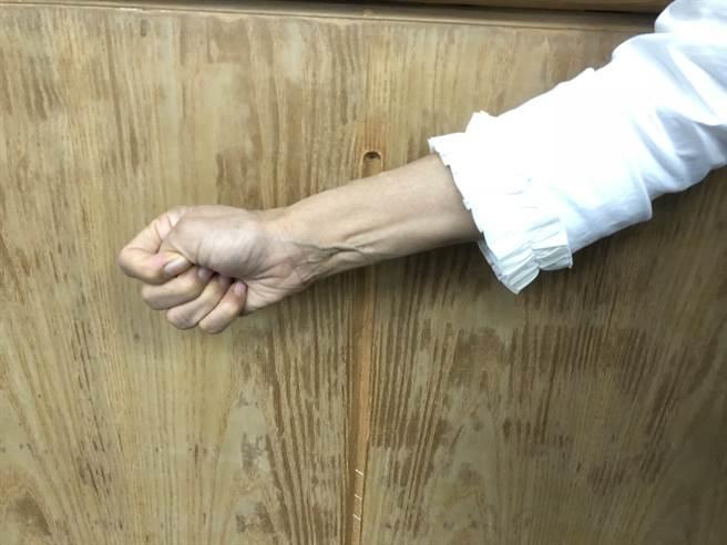 握拳30秒再張開,可簡單測試血管彈性。(徐秀娥攝)