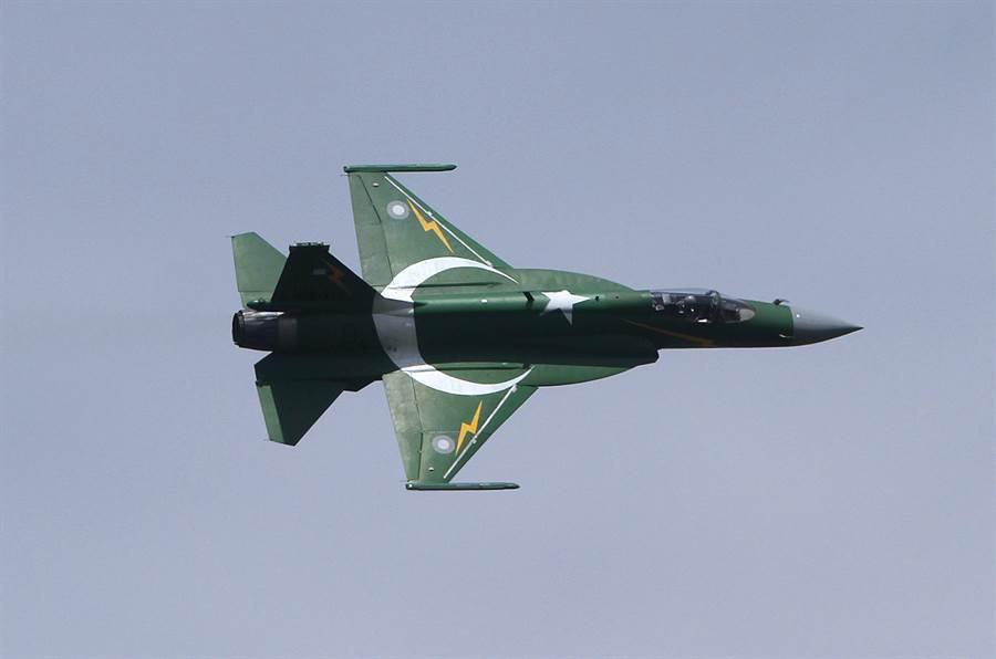 由大陸授權予巴基斯坦製造的JF-17梟龍戰機,最後證實並未擊落米格-21,讓大陸軍迷頗為失望。(圖/美聯社)