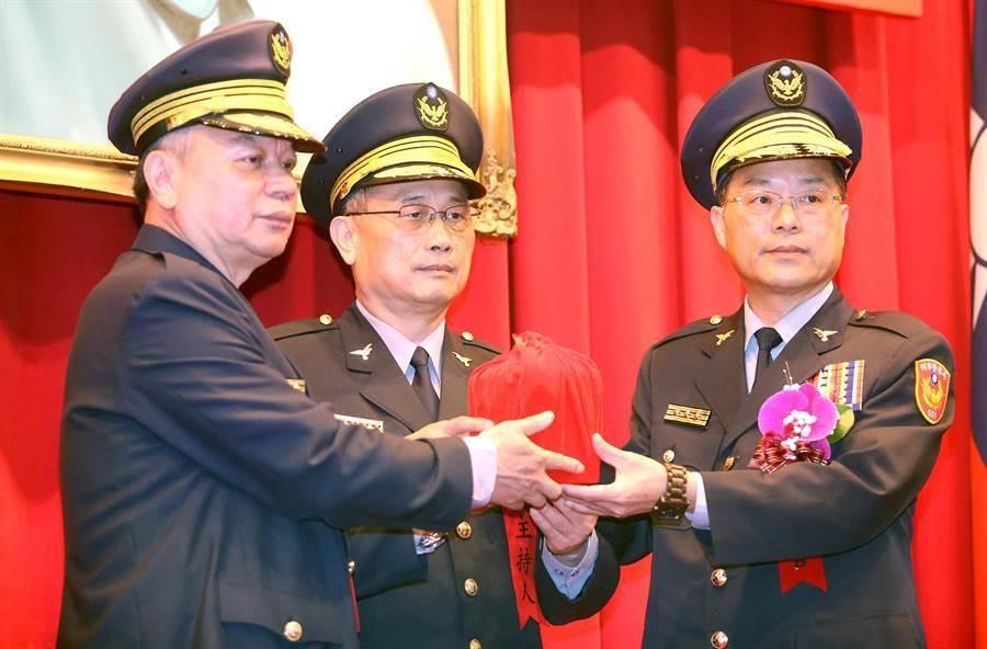 刑事局長黃明昭(右)在警政署長陳家欽(中)監交下,接過印信。(中時資料照 范揚光攝)