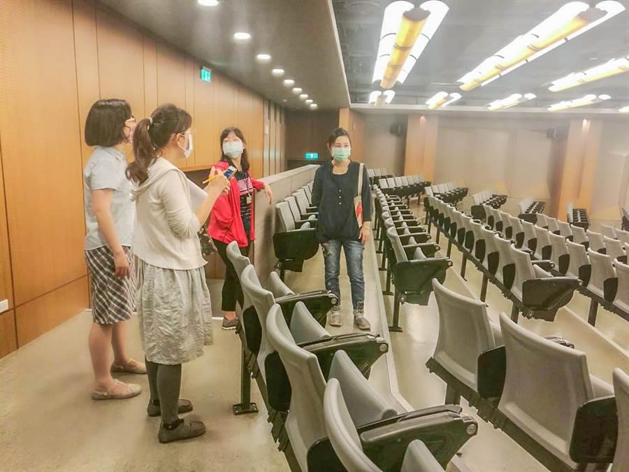 衛生局派員到清大材料系教室,了解學生群聚感染A型流感。(市府提供/羅浚濱新竹傳真)