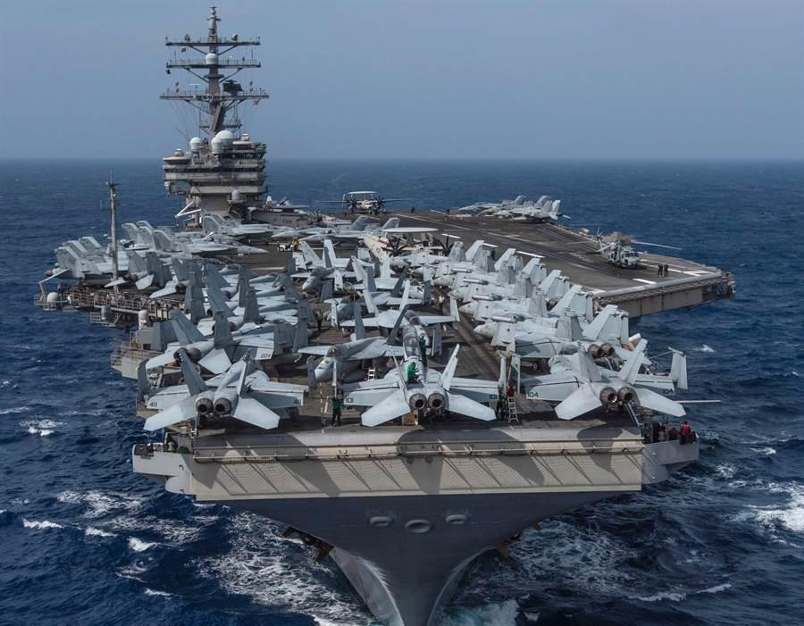 美國海軍「雷根」號航母(USS Ronald Reagan,CVN76)今年8月15日穿越菲律賓海的畫面。(美國海軍)