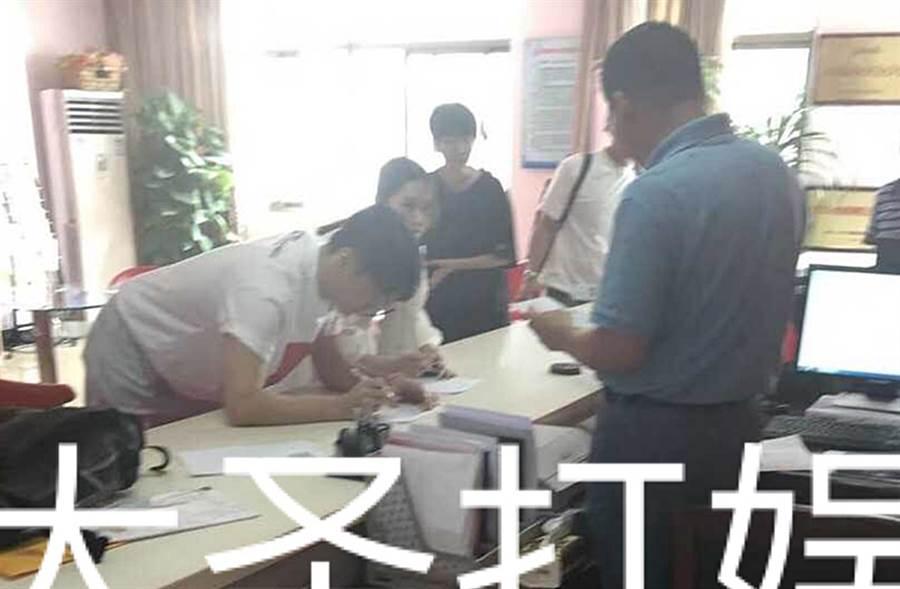 楊丞琳、李榮浩日前被爆料赴民政局領證。(圖/翻攝自大聖打娛微博)