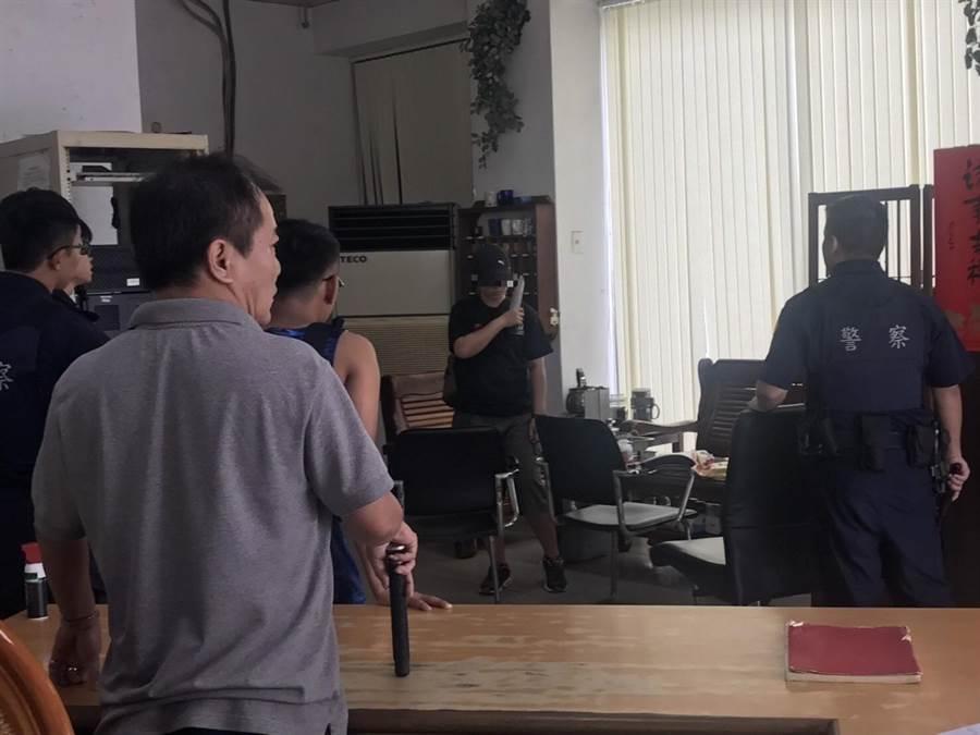 陳女在屏東潮州警分局中山路派出所,取刀抵在自己脖子上並迅速朝左側劃一刀。(翻攝自警方畫面/潘建志傳真)
