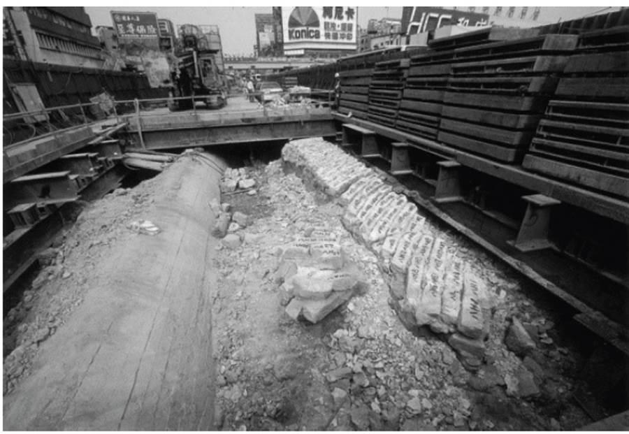 忠孝西路捷運施工,台北城城牆遺跡出土。(中華河洛暨開漳聖王文化研究會提供)