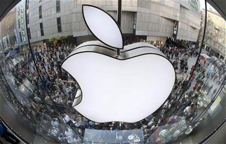 蘋果在大陸消費者的品牌眼中的頂尖品牌年度排名,從貿易戰前一年的第五位,摔到現在的第24位。(圖/美聯社)