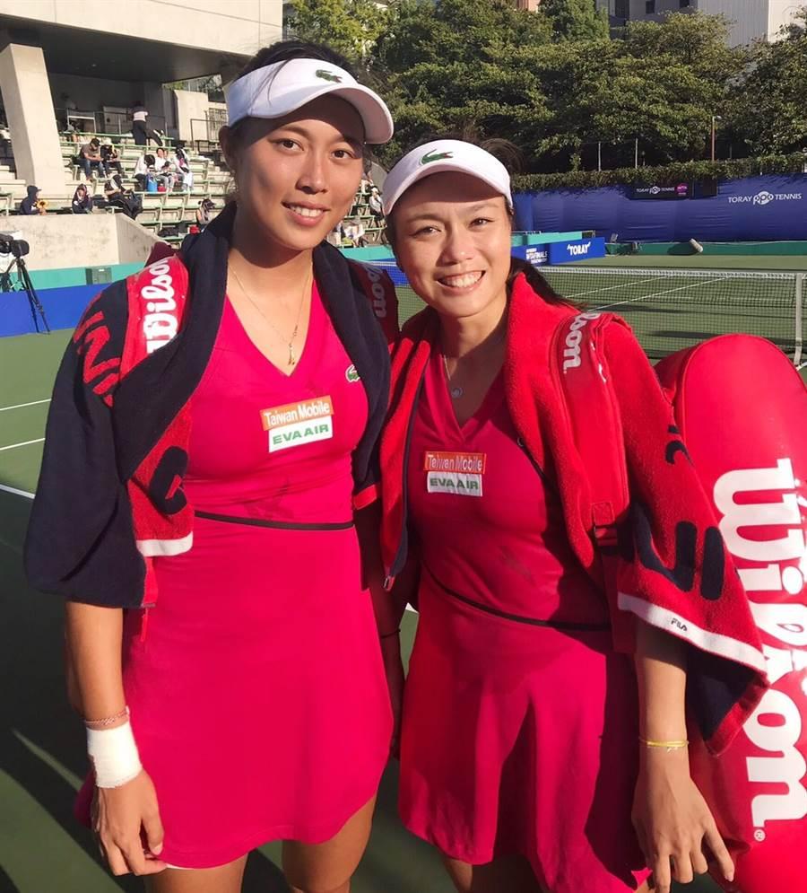詹詠然(右)、詹皓晴(左)在日本大阪泛太平洋女網賽雙打挺進4強,今天生日的詹皓晴收下一份完美的生日禮物。(劉雪貞提供/陳筱琳傳真)