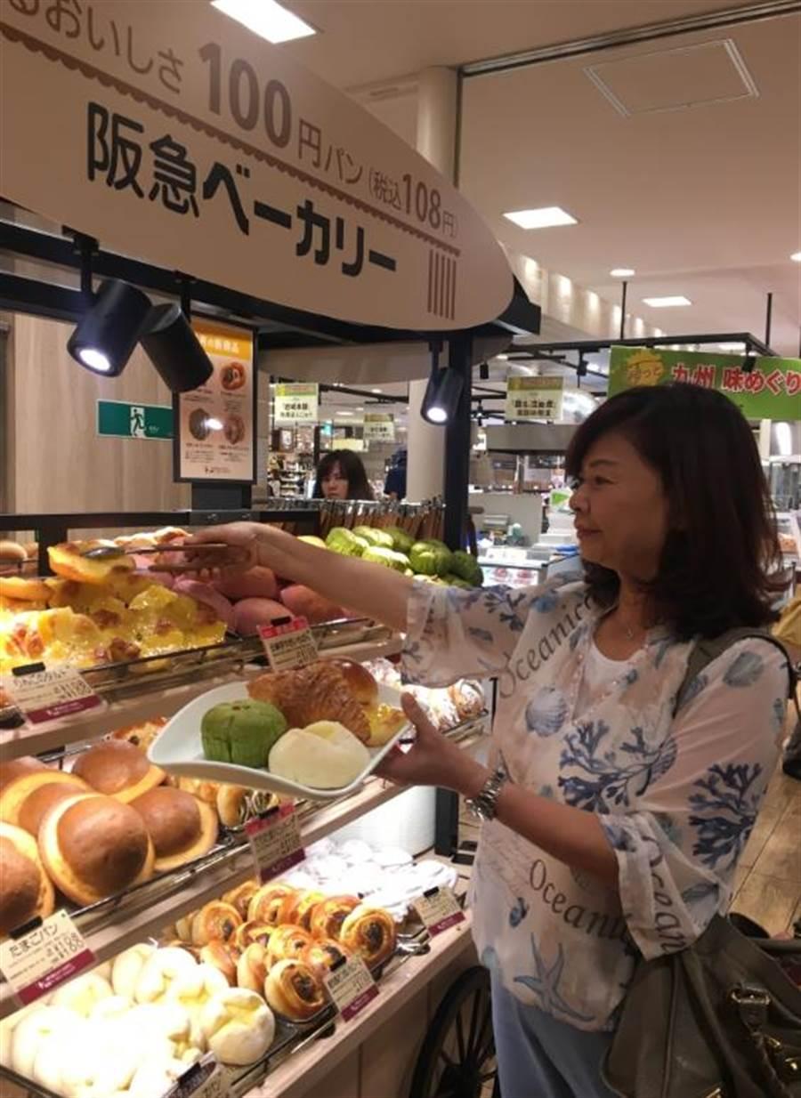 全聯副總經理賴淑子參觀Hankyu Bakery百圓麵包花車,體驗選購麵包的購物樂趣。(郭家崴攝)