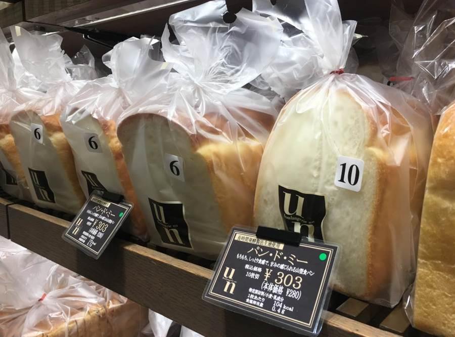 日本阪急百貨梅田店B1的Boulangerie Un最熱賣的龐多米原味吐司擺滿整個貨架。(郭家崴攝)