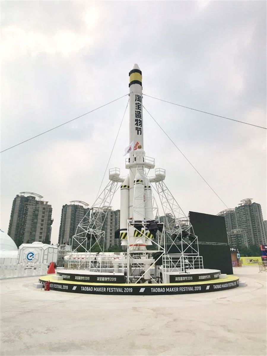 以「長征二號F」火箭殘骸約有48米回收再修復,搭建成火箭餐廳。(攝影/吳筱涵)