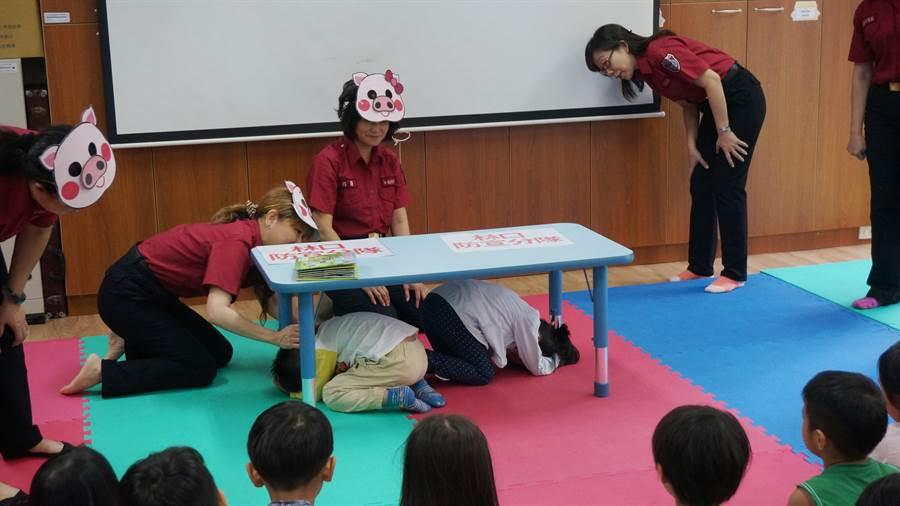林口義消防宣分隊指導地震保命3步驟。(林口區公所提供/吳亮賢新北傳真)