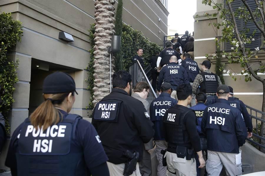 图为美联邦特工进入加州尔湾市一个高檔公寓大楼查缉非法经营赴美产子中心。这类月子中心常年为大陆妇女安排并辅导赴美产子,收费至少数万美元。(图/美联社)