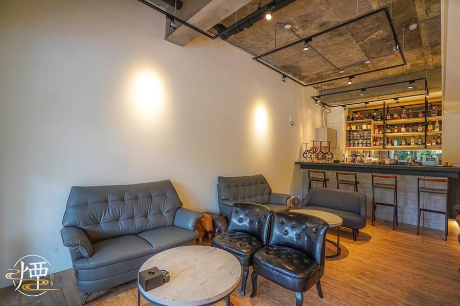 SHISHA LOUNGE店裡淨白牆面、明亮的空間、大大的柔軟沙發,營造出居家又舒適氛圍。(SHISHA LOUNGE提供)