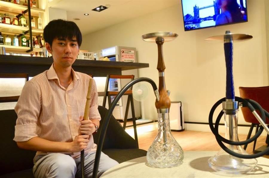年輕帥氣老闆洪翊軒經營的水煙館,把土耳其在地水煙生活引進台灣。(張薷攝)