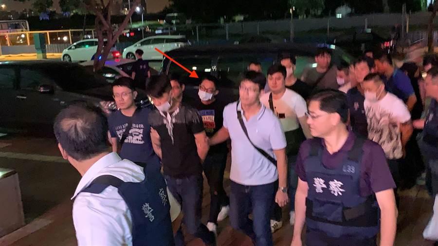前鎮警方今晚逮補8名涉嫌對寵物店開槍的嫌犯,詳細原因有待進一步釐清,箭頭處為潘姓主嫌。(柯宗緯攝)