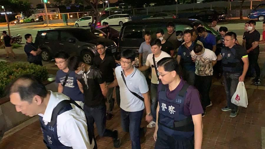 前鎮警方今晚逮補8名涉嫌對寵物店開槍的嫌犯,詳細原因有待進一步釐清。(柯宗緯攝)