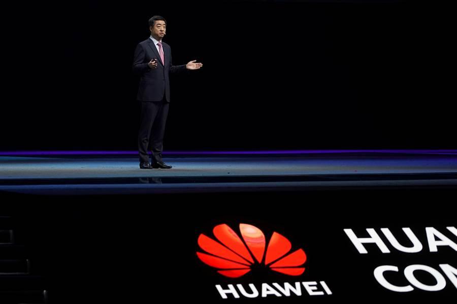 華為副董事長胡厚昆在上海全球技術論壇上發表主題演說,但其主要的美國網路技術合作夥伴卻全數缺席。(圖/路透)