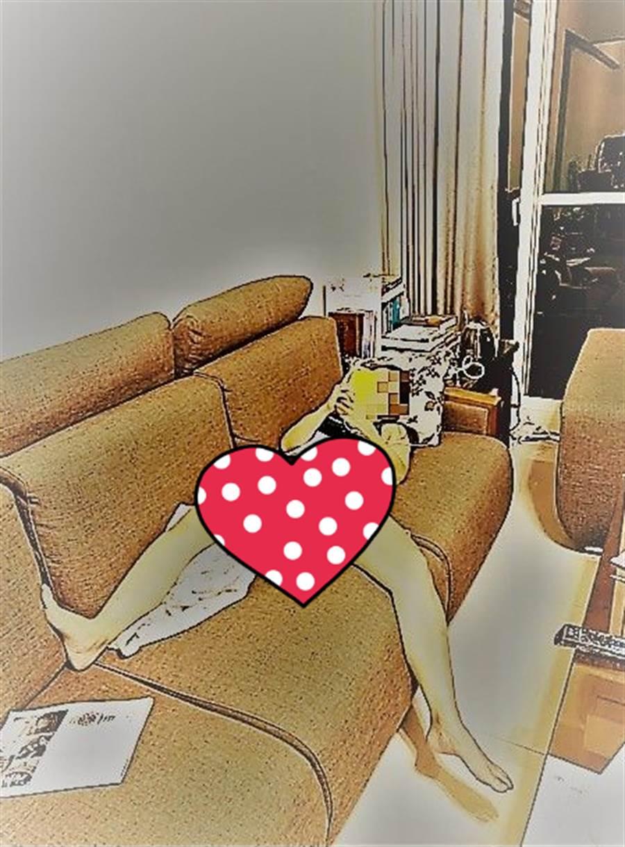 老婆正雙腿大開,躺在沙發上用手機,一副超級放鬆的模樣。(途經過特效處理/原圖摘自爆廢公社)