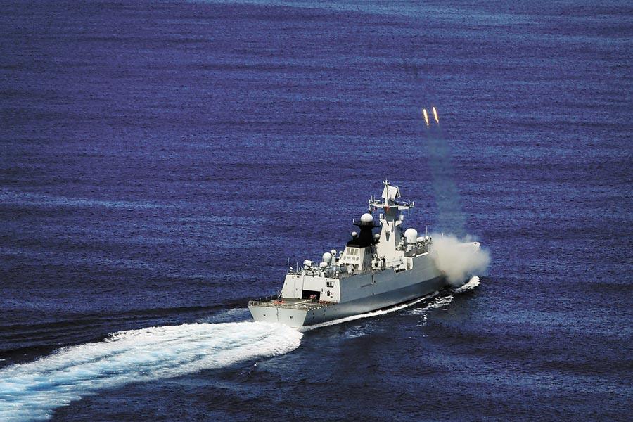 解放軍海軍飛彈護衛艦常州艦在訓練中發射火箭深彈。(新華社資料照片)