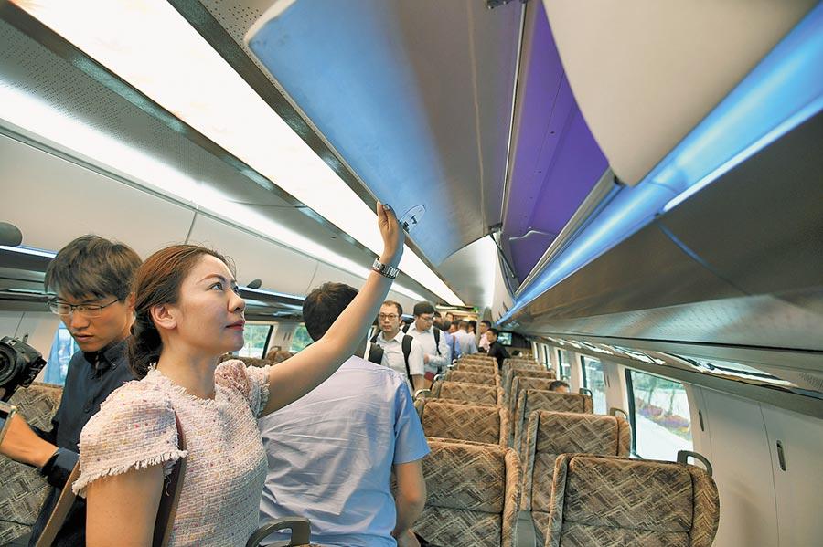 5月23日,參觀人員在高速磁浮試驗樣車上體驗。(新華社)